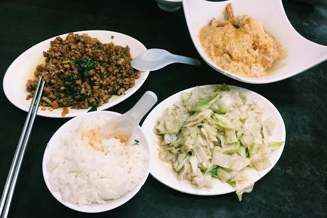 〔台北食記〕士林夜市CP值超級高的泰便宜南洋小吃,連咖哩螃蟹都好吃又平價!