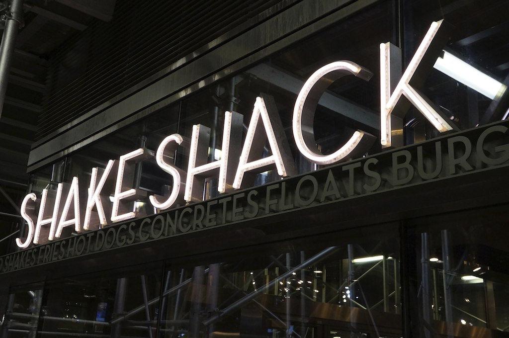 東京美食|紐約美味漢堡SHAKE SHACK日本也吃的到,東京超人氣分店!