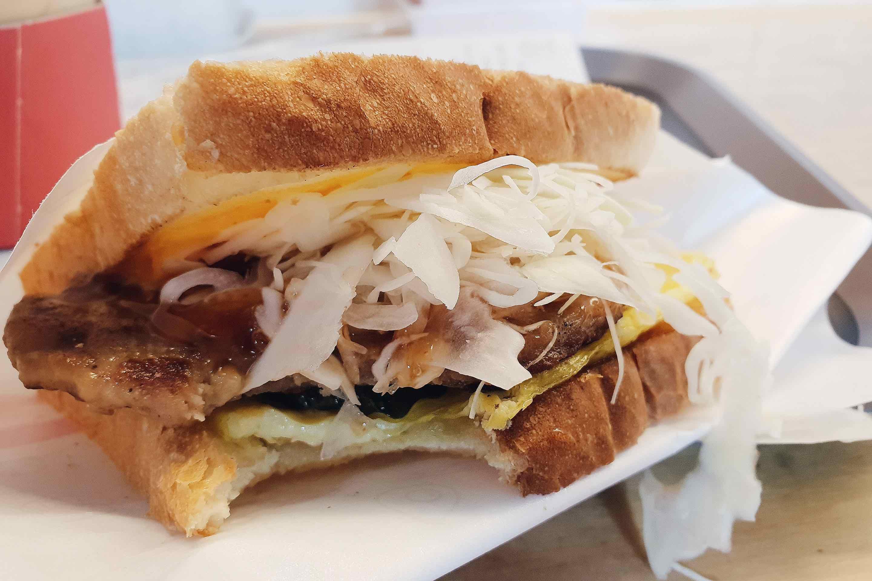 首爾美食|ISSAC弘大分店寬敞座位多!推薦薯餅起司及烤肉吐司口味